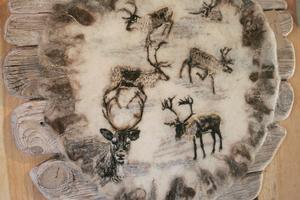 Inne i Sjöboden finns hantverk för försäljning från 34 olika hantverkare i Hälsingland. Den här tavlan har Ann-Kristine Larsén Comstedt från Bergsjö gjort. Hon tovar ull och sedan syr hon på det med ulltråd. Motiven blir verklighetstrogna bilder på djur.