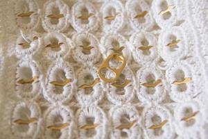 Genom att virka runt ölringar gör Britt-Marie Olsson väskor.