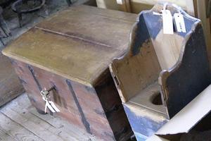 En kista och en pottstol som återlämnats till Ersk-Matsgården i Hassela.