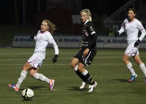 Förra Gustafsforwarden Lina Hurtig, här i matchen mot Malmö för ett par veckor sedan, är nominerad till årets genombrott på fotbollsgalan på måndag.