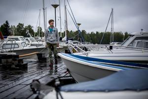 Sandarne båtklubb, SBK, förebygger stölder genom att ha vakter. Lars Nordlund, föreningens hamnvärd och kanslist, håller koll på båtarna under dagarna.