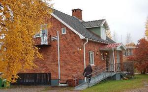 """Kyrkvillan i Djurås kan komma att säljas. Anhörigcentrums personal har i en egen skrivelse förklarat att fastigheten fungerar bra och att verksamheten behöver en """"neutral"""" lokal. Foto: Kent Olsson/DT"""