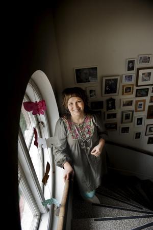 Emma-Clara gillar det stora runda fönstret i trappen. Det ger ljus och möjlighet till installationer.