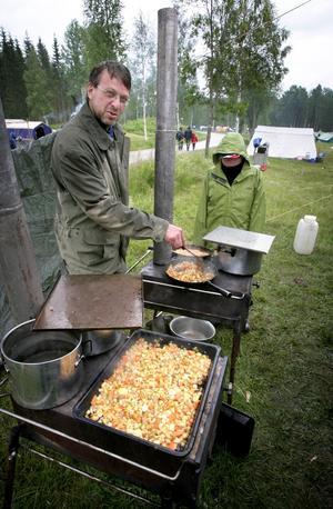 Fältkök. Yngve Pettersson jobbade vid Ludvikakårens fältkök när tidningen kom på besök. Skorpans kycklingpytt var lördagens lunchmeny på Kopparbolägret.
