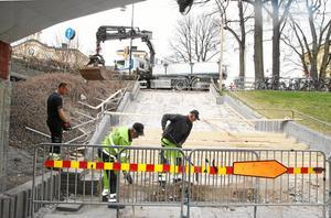 Trappan vid Centralstationen har bilats bort och ska få nya värmeslingor. Det ska vara klart till Open Art 15 juni. Erik Johansson Närkefrakt, och Gert Tärnqvist och Mikael Stenqvist på NCC forslar bort betongkrosset.