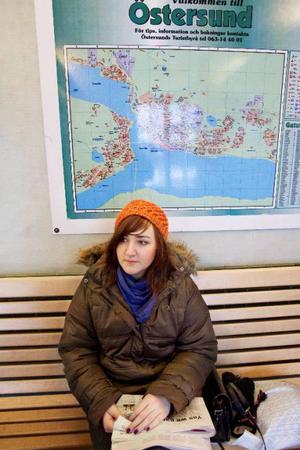 I väntsalen på stationen i Östersund väntar Karin Frölander på att ta Mittlinjen till Bräcke.