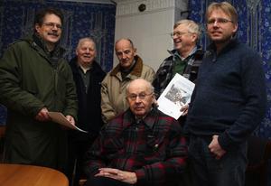 Kjell-Åke Hermansson, Clas Udén, Ingvar Stridsberg, Sven Norman och Jan Lövgren, samt sittande Karl Lindberg, har haft en givande tid i undersökningsarbetet om kolmilan i Oxsand.