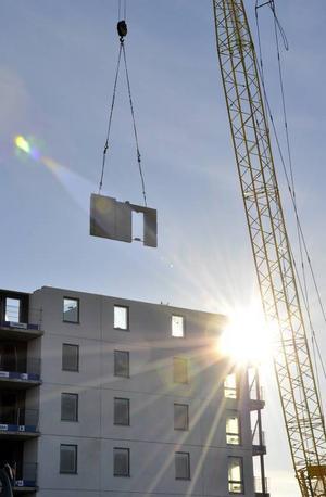 Bygget beräknas kosta 110 miljoner kronor. Redan efter jul ska intressenter kunna ställa sig i bostadskön för en lägenhet. Just nu är det oklart vad hyrorna kommer att landa på.