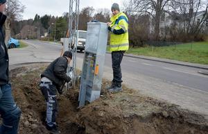 Snart går det att ladda elbilar i Stöde. I dag började man montera upp en snabbladdstation vid Ica och Daniel Petrovic, projektledare vid Sundsvall Elnät ser till att allt blir rätt.