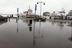 Nere i hamnen vid Elbakajen är det mycket vatten efter problem med avrinningen.
