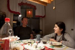 I februari ska Mona och Leyla Jasharli åka till Uppsala för asylutredning. Men först ska andra julen i Strömsund firas. Erik Lundgren och Mona bjuder på fika i hemmet i Strömsund.