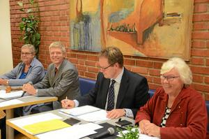 Veteraner i ledningen. Hallsbergs nya presidium för mandatperioden, från vänster: vice ordförande Inga-Britt Ritzman (S), ordförande Ulf Ström (S), kommunsekreterare Niklas Tiedermann och andre vice ordförande Solveig Eriksson (C).