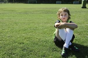 Alfred Strömberg, 7 år, är varm efter att ha spelat fotbollsbrännboll i solen. - Fotbollsskolan är kanon! säger han.