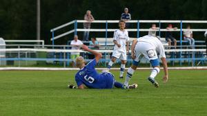 Förste målskytt. Johan Lindgren slet som vanligt på mitten och nickade in 1-0.