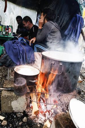 Potatis, ägg och kyckling är basfödan som bärplockarna äter för att orka med arbetet i skogen.