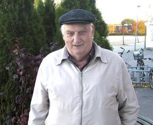 Numera lever Knut Karlsson ett stillsamt liv efter en tids sjukdom.