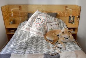Finsnickaren Moa Brännström Ott har gått från att tälja pinnar på köksgolvet som barn, till att ägna sig åt möbelprojekt som den här platsbyggda sänggaveln med sängbord och belysning.
