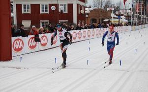 Dalakillarna Adam Larsson (Falun Borlänge) och Mikael Sandgren (Mora) laddade upp inför Vasaloppet med att köra Halvvasan. Den här gången gick Adam segrande ur striden, och gled över mållinjen precis före Mikael. foto:?johan trygg