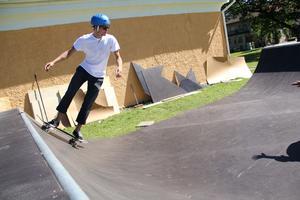 Fabian Ryd visar hur man ska göra för att åka utan att ramla.