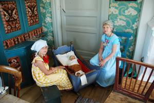Barnvakt. Linnea Kers och Emelie Sandin vaktade