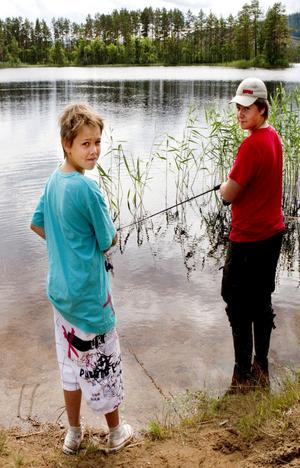 Jacob Sörell och Charles Wallberg är vana fiskare som väljer att kasta på egen hand.