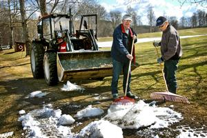 Vintern städas bort av Arne Bergkvist och Eric Wickman. I traktorn sitter John Hedin.