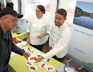 Petra Lundgren och Johan Kalander från Kramfors kommuns kostenhet serverade klimatsmart mat under matmässan
