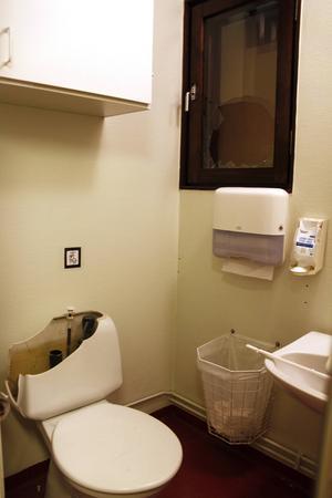 Stenen kastades in genom fönstret, krossade en toalettstol och vattenläckan uppstod.