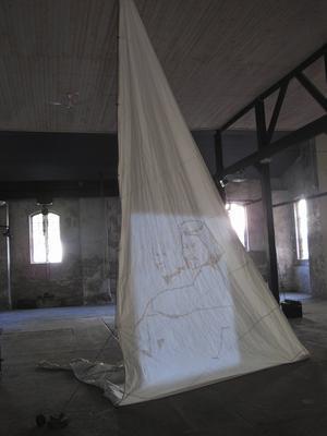 Ett stort vitt segel från tak till golv möter besökaren i Meken.