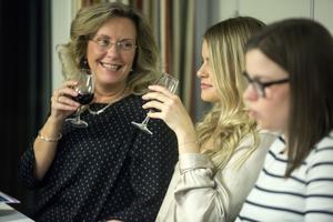 Mor och döttrar  provar en fruktig och smakrik Syrah.