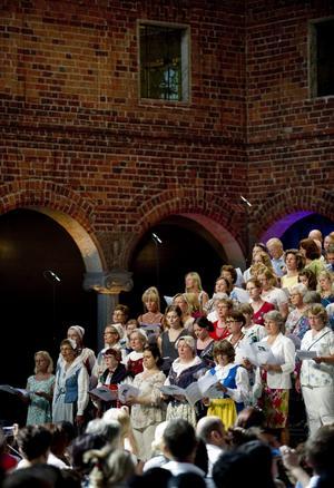 Högtidligt. Nya svenska medborgare välkomnas vid en ceremoni i Stockholms stadshus.