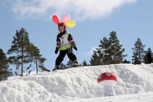 Här kommer Felix Alsand, 7 år, från Stockholm, i ett träningsåk.