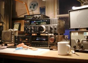 Det går åt mycket kaffe under långa nätter intill radiomottagarena.