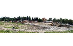 Det fraktas bort stora jormassor från området nära Södra skolan. Förutom det förväntade med arsenik, bly och kvicksilver, har man funnit rester från ett glasbruk och tjärförråd. Nästa vår ska man ordna till området och skolbarnen kan återkomma.FOTO: STA
