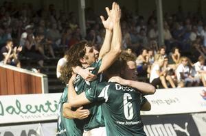 Jubel för Mattias. Mattias Petterson gratuleras för sitt drömmål till 2–0, då hade en annan Mattias (Johansson till höger) strax innan gjort 1–0