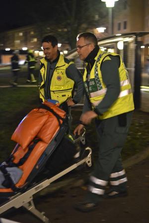 Dessa ambulansmän verkar glada över att inte behöva ta med någon från brandplatsen.