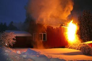 En granne larmade räddningstjänsten när hon upptcäökte eldslågor i toalettfönstret till huset.