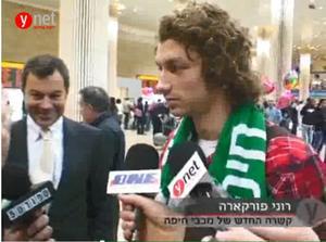 Roni Porokara efter ankomsten till Israel. I bakgrunden står Oliver Cabrera.