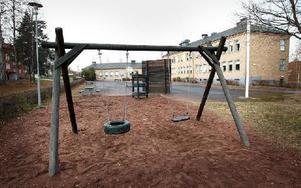 På Kvarnbergsskolan  behövs bland annat nya gungor, klätterställning, sandlåda och bollplank, visar en översyn. FOTO: STAFFAN BJÖRKLUND