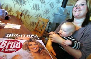 Mia Åström läser allt hon kommer över om bröllop, både i tidningar och på internet. Sonen Alfredh är nöjd med att sitta i mammas knä.
