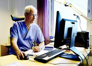 Överläkare Jonas Wallvik känner oro för den regionaliserade läkarutbildningens framtid i Sundsvall.