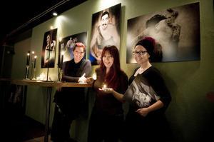 Gänget bakom konstfotoutställningen Caput Mortum, Linda Westin, Beth Hansson och Katarina Hansson lovar att det även kommer en del två om cirkusgruppen i Ödmådern.