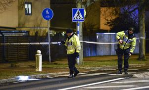 Två polisen undersöker övergångsstället där påkörningen skedde.