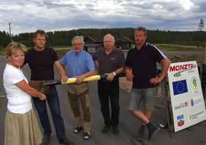 MC-stängt. Nu låser Maria Norqvist hänglåset till infarten till Monztabanan, i varje fall för den verksamhet för motorcyklar som höll på att komma igång så fint med hjälp av pengar från både staten, länet och Region Siljan. Förutom Maria syns också de lika besvikna Roland Nygren, Lars-Erik Bohlin, Anders Lundqvist och Olle Eriksson.