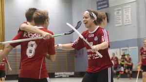 Andreas Karlsson, till höger, jublar över en Per-Ols fullträff i segermatchen mot Arboga. Karlsson svarade för tre av målen.