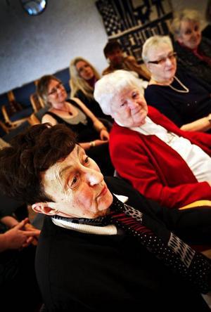 """Berit Meiselbach testläser ur nya antologin """"Ordväv 3"""", medan Skrivande Kvinnor förbereder sig för kvällens uppläsning någon timme senare.Berta Magnusson tog första initiativet till det som i dag är Skrivande kvinnor, en förening med 46 medlemmar. Till höger Kerstin Fahlén, Sigrid Jönsson och Amy Agerberg, i bakre raden Anita Karlsson."""