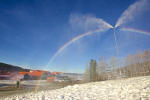Romme Alpin har testtillverkat snö. Det blev en testkörning i riktigt vackert väder.
