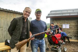 Peder Lamm med Arne Lingström och hans pappas gevär som värderades på Game Fair i Bruksvallarna.