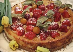 Cheesecake smaksatt med lemon curd ger en mild fin citronsmak. Toppa med bitar av jordgubbar och riven choklad.