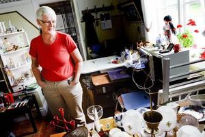Britt-Marie Jonson är en av alla de som hjälper till med loppisverksamheten i Tröskens bygdegård.